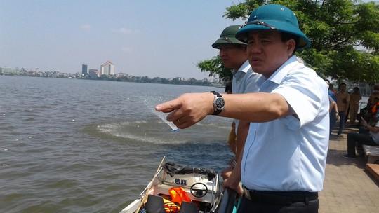 Chủ tịch UBND TP Hà Nội chỉ huy xử lý môi trường cá chết trắng Hồ Tây trưa 3-10