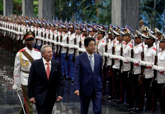Chủ tịch Cuba Raul Castro (trái) và Thủ tướng Nhật Shinzo Abe ở Havana hôm 22-9 Ảnh: REUTERS