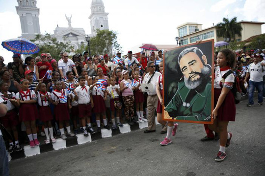 Học sinh Cuba tiễn đưa lãnh tụ Fidel Castro tại TP Santiago hôm 3-12. Ảnh: Reuters