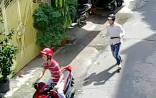 Hai tên cướp thản nhiên vào nhà nghệ sĩ N.L lấy tài sản. (Ảnh trích xuất từ camera)