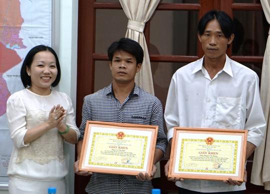 Anh Đạt, anh Đang nhận giấy khen của lãnh đạo UBND TP Thủ Dầu Một