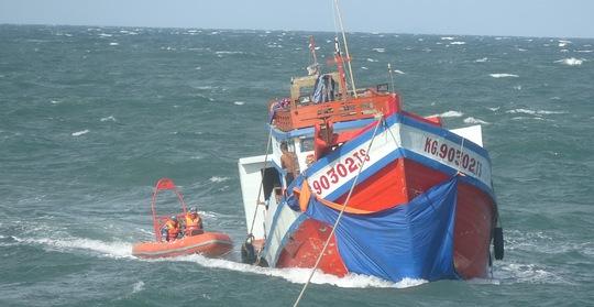 Các chiến sĩ thuộc Bộ Tư lệnh Vùng Cảnh sát biển đang nổ lực vá lổ thủng để cứu tàu cá khỏi bị chìm giữa biển khơi trong điều kiện thời tiết bất lợi. ẢNH: Bộ Tư lệnh Vùng Cảnh sát biển 4 cung cấp.