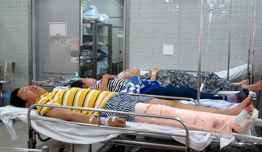 Vợ chồng anh Lê Xuân Nguyên tại bệnh viện