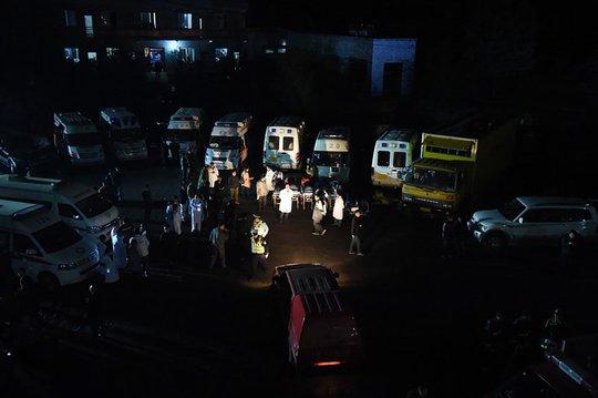 Hơn 200 nhân viên cứu hộ có mặt tại hiện trường. Ảnh: Twitter