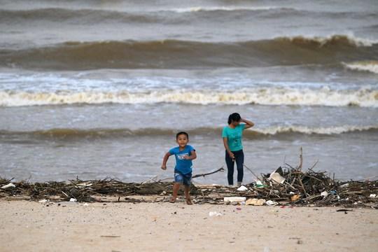 Anh Quang (bảo vệ bãi biển Bảo Ninh) cho biết: Năm nào lũ cũng cuốn nhiều rác thải về đây, nhưng năm nay có lẽ là nhiều nhất