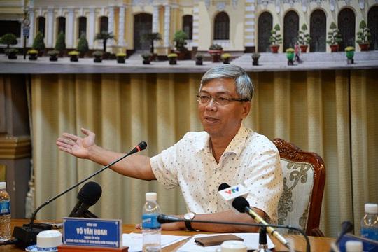 Ông Võ Văn Hoan, Chánh Văn phòng UBND TP HCM trả lời câu hỏi của nhà báo tại cuộc họp báo ngày 2-12. Ảnh: Bảo Ngọc