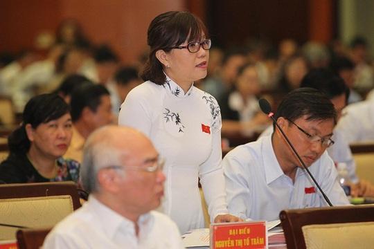 Đại biểu Nguyễn Thị Tố Trâm phát biểu tại phiên thảo luận ở hội trường. Ảnh Hoảng Triều