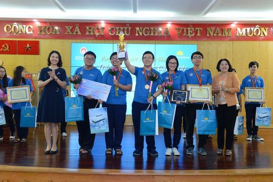 Đại diện sở GD-ĐT TP HCM nhận giải nhất vòng thi đấu giao hữu