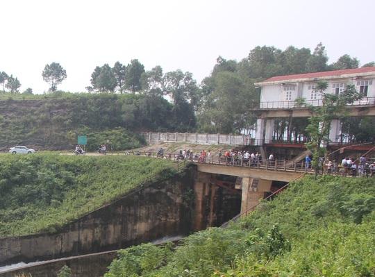 Nhiều người dân hiếu kỳ kéo đến xem hồ Kẻ Gỗ xả nước vào sáng 17-10