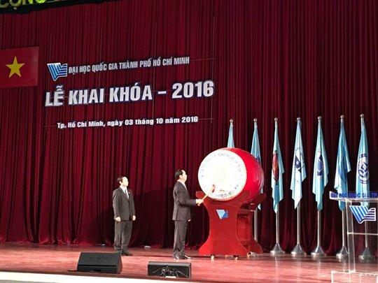 Chủ tịch nước Trần Đại Quang đánh trống trong lễ khai khóa của D9HQG TP HCM
