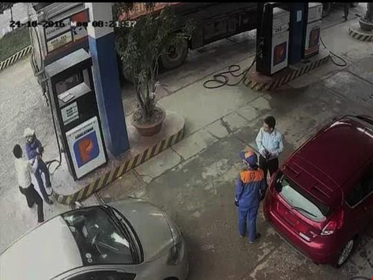 Cảnh nam cán bộ ngân hàng đánh nữ nhân viên cây xăng (bên trái) được camera cây xăng ghi lại - Ảnh cắt từ clip