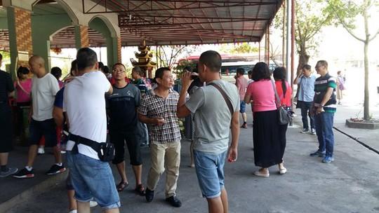 Du khách Trung Quốc dừng chân tại một cửa hàng tại huyện Tiên Yên, tỉnh Quảng Ninh sáng ngày 27-9.