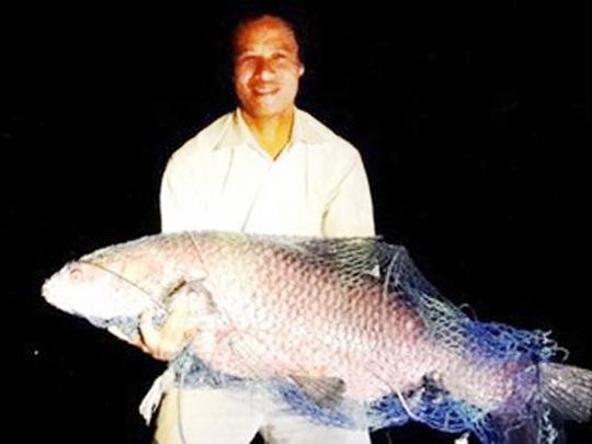 Anh Phạm Văn Quang ở TP Hải Dương câu được cá trắm đen nặng 34 kg tại hồ Côn Sơn