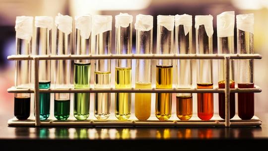 Nhìn màu sắc nước tiểu đoán bệnh cực chuẩn