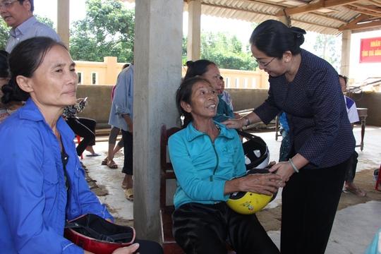 Bà Võ Thị Dung trao quà và động viên người dân vùng lũ Quảng Bình