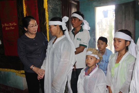 Bà Võ Thị Dung đến thăm hỏi gia đình chị Nguyễn Thị Tuyết, phường Quảng Thuận, thị xã Ba Đồn có chồng và con bị chết trong lũ