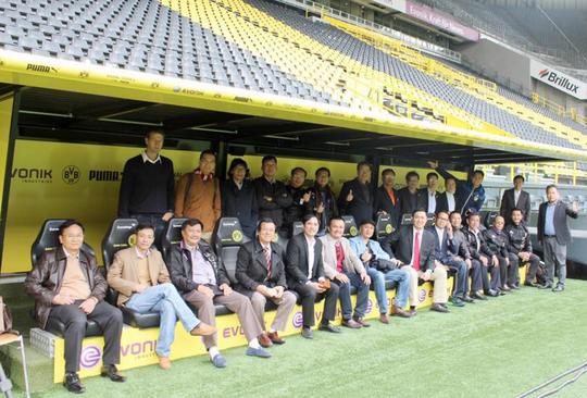 Đại diện các CLB của Việt Nam và VPF chụp ảnh tại sân của CLB Dortmund Ảnh: Đức Mạnh