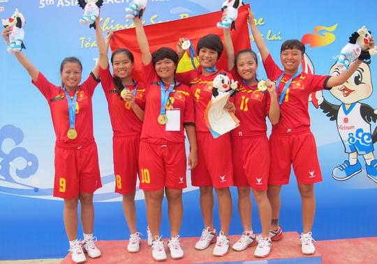 Trà My (10) cùng đồng đội sau trận chung kết đồng đội nữ