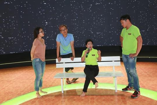 Nghệ sĩ Thanh Thủy hướng dẫn tập luyện cho các thành viên trong đội của mình