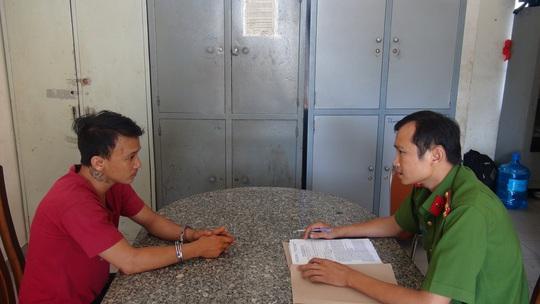 Đối tượng Tình bị công an TP Nha Trang bắt giữ lấy lời khai- ảnh: C.A