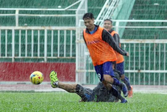 Chấp nhận đội mưa tập luyện nhưng tuyển Việt Nam sau đó thất thủ trên đường về khách sạn