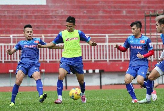 Buổi tập của đội Việt Nam chiều 26-9 không kết thúc trọn vẹn vì mưa lớn Ảnh: Quang Liêm