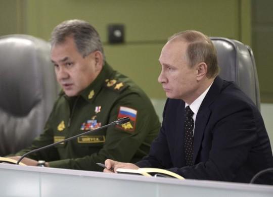 Tổng thống Nga Vladimir Putin và Bộ trưởng Quốc phòng Sergei Shoigu. Ảnh: REUTERS