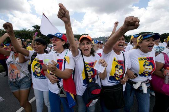 Một cuộc biểu tình phản đối chính phủ diễn ra ở thủ đô Caracas - Venezuela hôm 22-10. Ảnh: AP