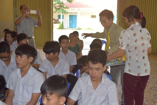 Trao quà cho các em học sinh Làng hy vọng Đà Nẵng