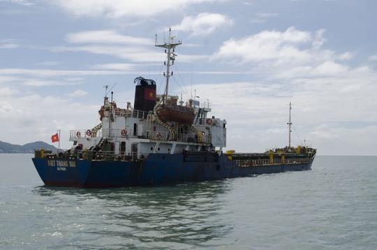 Tàu Việt Thắng 168 bị lực lượng chức năng kiểm tra khi đang chuyển hơn 4.500 tấn than