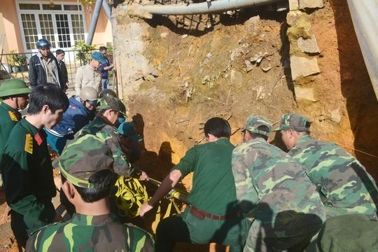 Lực lượng chức năng tiến hành đưa quả bom khủng lên khỏi mặt đất.