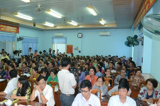 Đại diện cho hơn 200 tiểu thương ở chợ Long Xuyên trong buổi tiếp xúc với lãnh đạo địa phương.