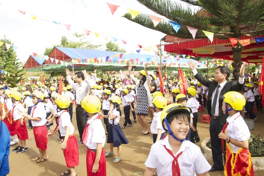 Ban tổ chức trao mũ bảo hiểm cho trẻ em tỉnh Gia Lai