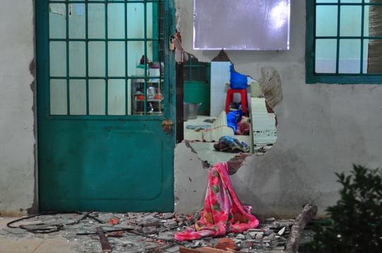 Trước đó, để đào thoát, các học viên đã ào ra phá cửa, đập bể tường và ùa kéo ra ngoài