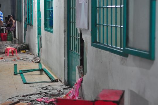 Hai dãy phòng với hàng chục phòng bị đập phá đổ nát