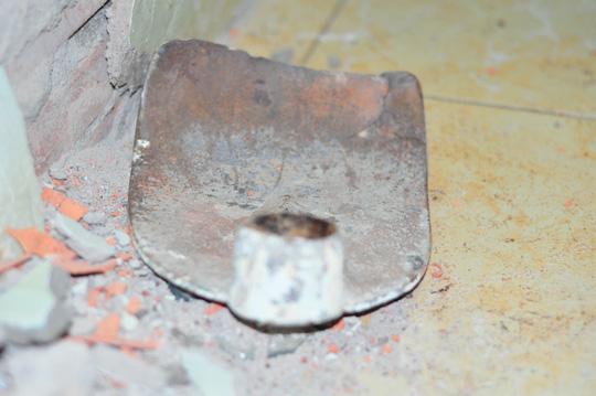 Những dụng cụ người cai nghiện lấy để phá cửa, đập tường