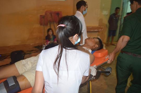 Nhóm công nhân được đưa đi cấp cứu tại Bệnh viện Đa khoa tỉnh Đắk Nông