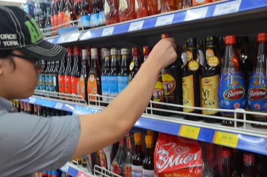 Người tiêu dùng hoang mang về chất lượng nước mắm sau khi có công bố của VINASTAS Ảnh: TẤN THẠNH