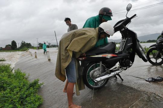 Xe máy của người dân bị hư hỏng sau khi cố vượt qua đường ngập nước
