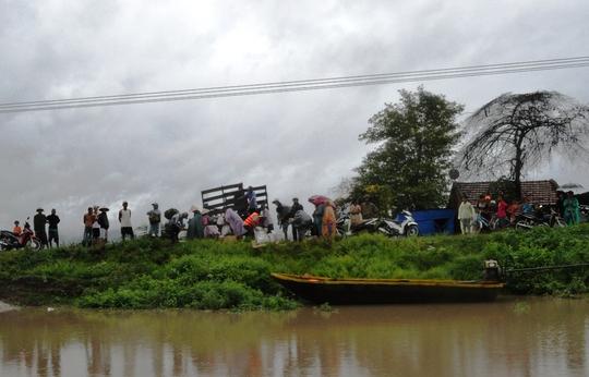 Sau khi được chính quyền địa phương vận động, tất cả các hộ dân đã được đưa về bờ an toàn