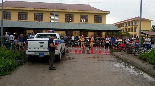 Lực lượng chức năng phong tỏa hiện trường vụ thảm án từ xa