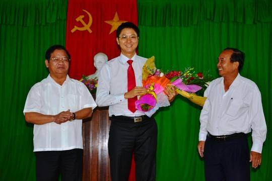 Ông Nguyễn Viết Vy (giữa) tại lễ nhậm chức