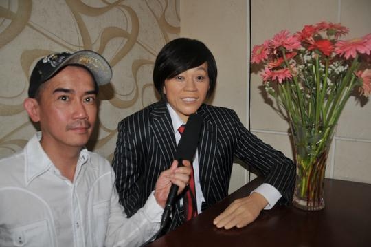 Ca sĩ Minh Thuận ngẫu hứng bên bức tượng sáp của danh hài Hoài Linh