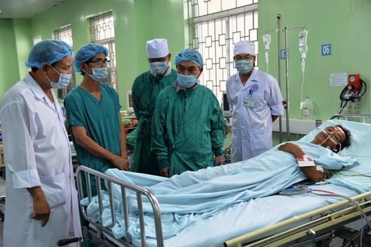 Ông Lương Ngọ sau khi được các y bác sĩ phẫu thuật vì bị đâm thủng tim, phổi
