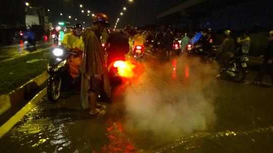 Những người may mắn thì sau một lúc hì hục cố gắng cứu chữa, chiếc xe đã nổ máy trở lại.