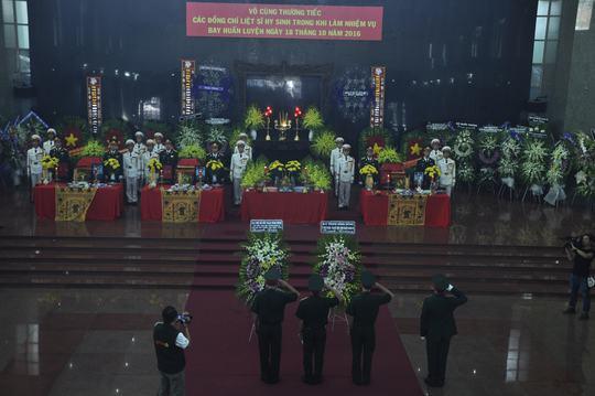 7 giờ sáng 21-10, lễ tang 3 phi công máy bay EC-130T2 hy sinh trong khi làm nhiệm vụ diễn ra tại Nhà tang lễ Bộ Quốc phòng (TP HCM). Người thân cùng hàng trăm đồng đội của các anh như nghẹn lại khi nói lời tiễn biệt