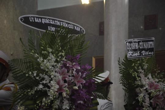 Tang lễ được tổ chức theo nghi thức quân đội. Nhiều đơn vị gửi vòng hoa chia buồn với gia đình 3 sĩ quan hy sinh trong vụ trực thăng rơi