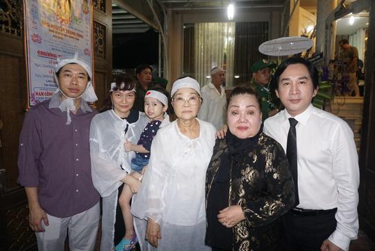 NSND Ngọc Giàu, NSƯT Kim Tử Long và gia đình cố NSND Thanh Tòng tại tang lễ