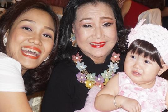 NSND Kim Cương và con dâu bên cạnh bé Xuân Vy 1 tuổi