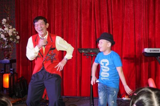 Cháu nội của NSND Kim Cương lên sân khấu biểu diễn ảo thuật